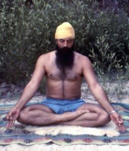 Yogi Bhajan jung meditiert