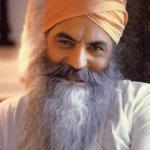 yogi bhajan lächelnd