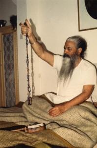 Yogi Bhajan mit der Tantrik Mala von Guru Hans Singh (1983).